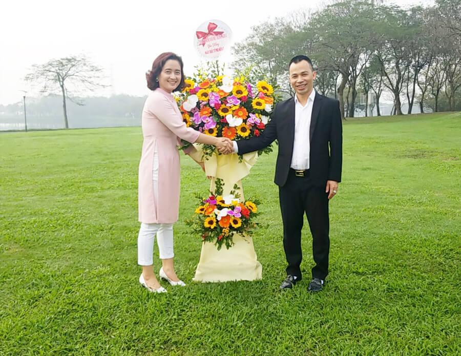 Đại diện Ban lãnh đạo Công ty gửi tặng Hội phụ nữ lãng hoa tươi thắm