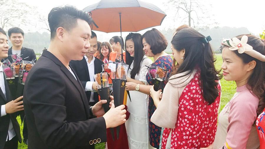 Trao tặng hoa và quà cho các chị em công ty