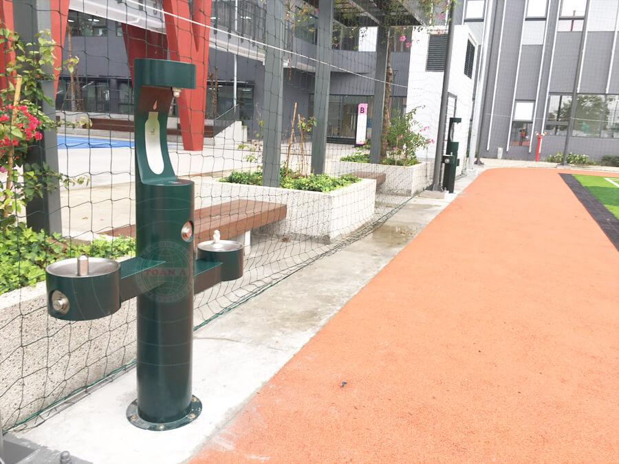 Đài cấp nước uống trực tiếp lắp đặt tại khu vực sân bóng